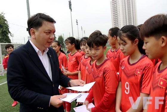 Lãnh đạo VFF chúc mừng hai đội Dự tuyển Nữ trẻ Quốc gia ngày 8/3