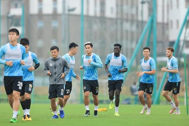 Chiều nay, cầu thủ Than Quang Ninh di chuyển lên Hà Nội