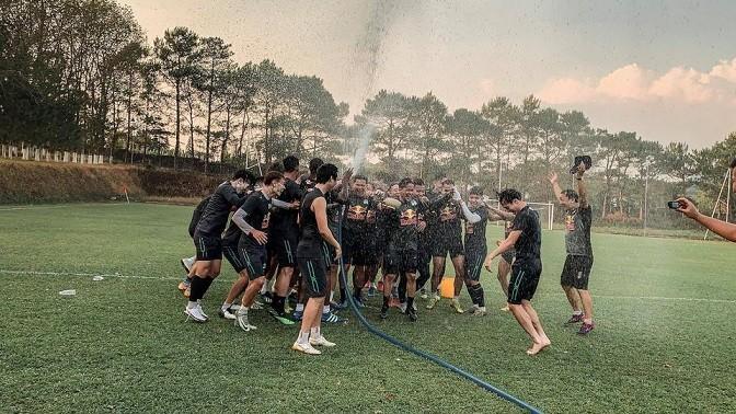 Các cầu thủ HAGL vui đùa trước trận đấu quan trọng với Hà Nội.