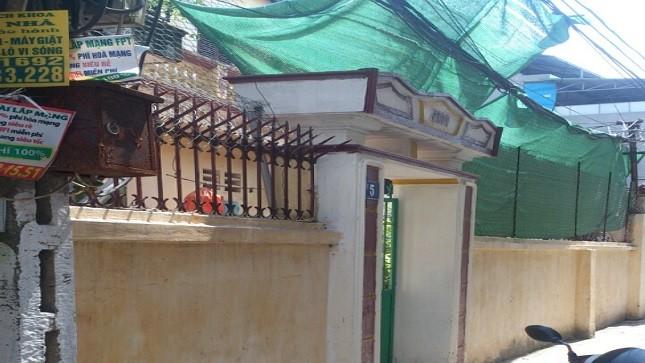 Ngôi nhà bị Tân dùng mìn tự chế ném vào giữa đêm khuya.
