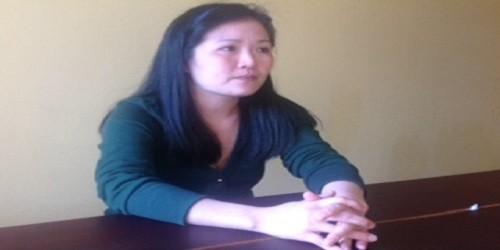 Bị cáo Lê Thị Tường Vân tiếp xúc với luật sư trong quá trình điều tra.