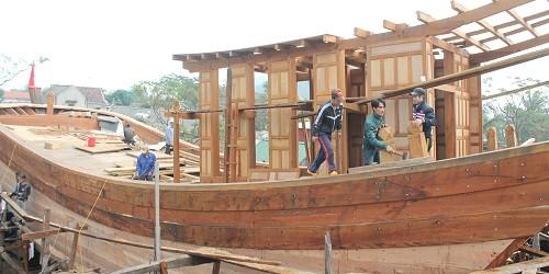 Thợ làng Trung Kiên đang hoàn thành con tàu để bàn giao cho ngư dân.