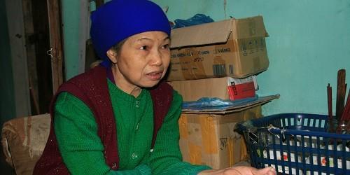 Bà Nguyễn Thị Mai bên gian hàng tạp hóa nhỏ khi về hưu.