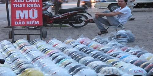 Mũ bảo hiểm giá 20.000 – 30.000 đồng được bày bán tràn lan khắp vỉa hè, lòng đường và cận cảnh chiếc mũ bảo hiểm giá 20.000 đồng chỉ là một lớp nhựa mỏng.
