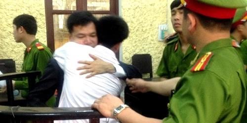 Vũ Phan Điền ôm luật sư và khóc nấc khi lần thứ 2 được tuyên vô tội.