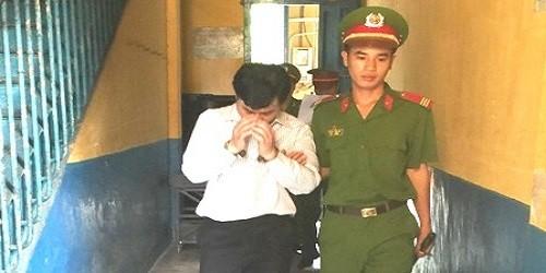 Bị cáo Phi được dẫn ra xe về trại giam sau khi xét xử xong