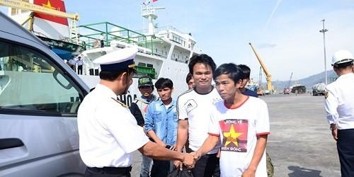 Đại diện Vùng 4 Hải quân chúc mừng 11 ngư dân an toàn trở về.