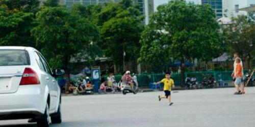 Trẻ 3 tuổi ra đường bị xe máy đâm, trách nhiệm thuộc về ai?