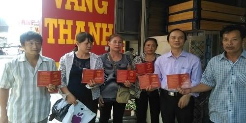 Những người dân đã gửi tiền, vàng cho DN Thanh Tuấn và được chủ DN cấp sổ tiết kiệm.