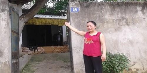 Bà Vũ Thị Chiến bên căn nhà dùng làm tài sản bảo đảm cho khoản văy của vợ chồng Thắm- Năm.