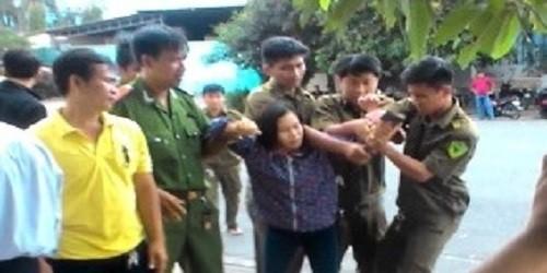Người phụ nữ dùng búa xông vào định hành hung phía bà Vân nhưng bị công an xã khống chế.