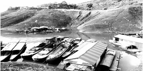 Sông Đà mùa cạn nước, các thuyền lớn nằm im lìm.