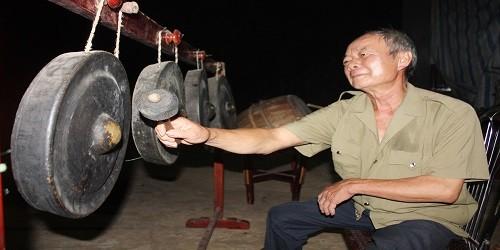 Ông  Hoàng Văn Thái say sưa với điệu cồng chiêng của đồng bào Thổ.