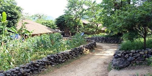 Những hàng rào quanh nhà, vườn ở Phúc Sen đều được dựng hoàn toàn bằng đá núi.