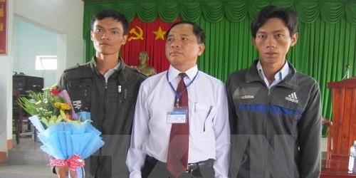 Ông Lê Viết Phong và hai công dân Thái Hoàng Trọng, Nguyễn Hữu Nghĩa trong buổi xin lỗi minh oan.