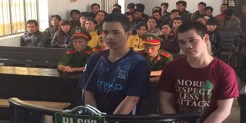 Hai bị cáo Y Quên Kbuôr và Y Duân Niê tại phiên tòa sơ thẩm.