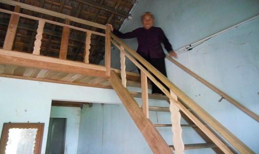 Để xây thêm phần sàn bằng gỗ ở phía trên, ngoài số tiền được hỗ trợ, hộ ông Nguyễn Văn Điệu phải bù thêm số tiền tương đối lớn.