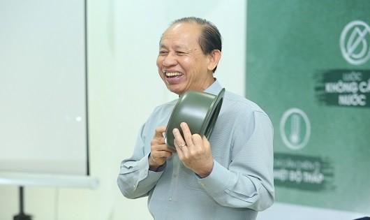 Ông Lý Ngọc Minh chia sẻ về nồi sứ dưỡng sinh.