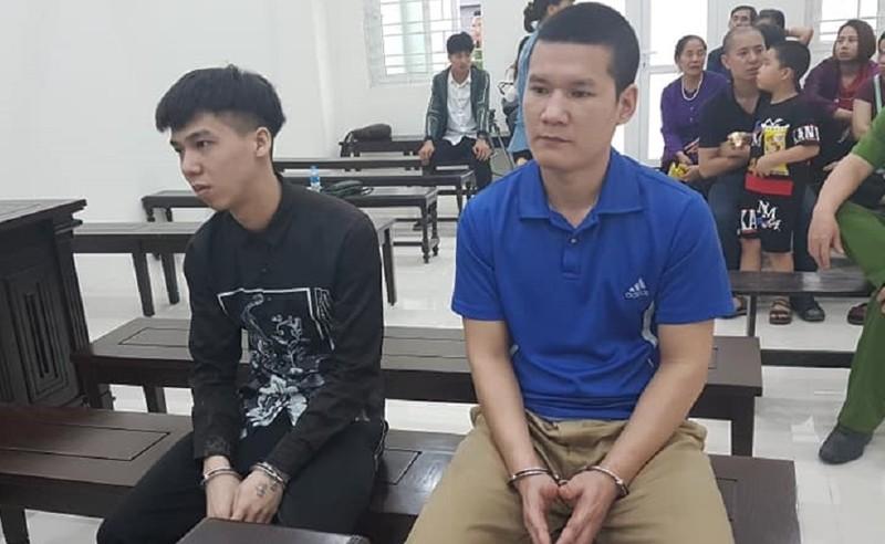 Bị cáo Lợi (áo đen) và Sơn tại phiên tòa sơ thẩm.