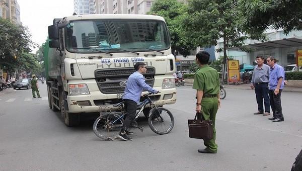 Hoạt động trong giờ cấm, xe chở rác tông chết bé trai