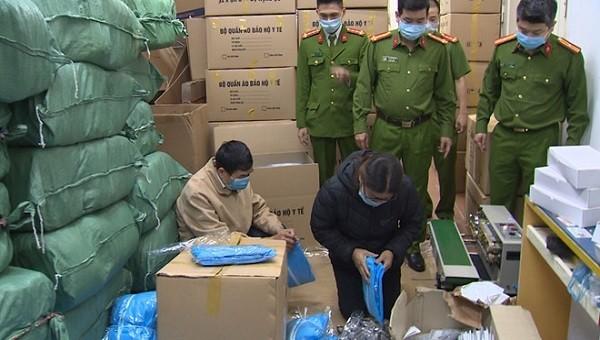 Khởi tố, bắt tạm giam 3 người vì sản xuất, buôn bán trang phục phòng dịch giả