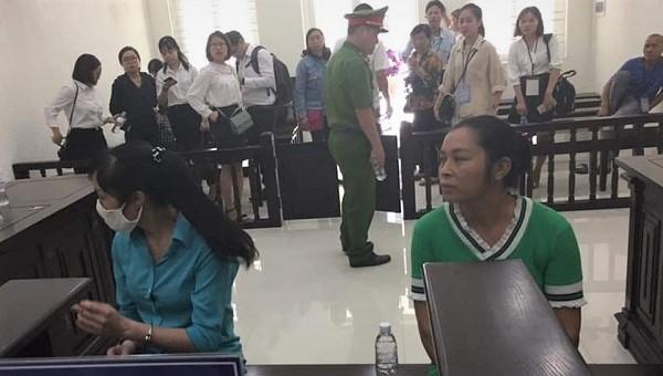 Hai chị em bị cáo Hường và Sơn tại tòa.