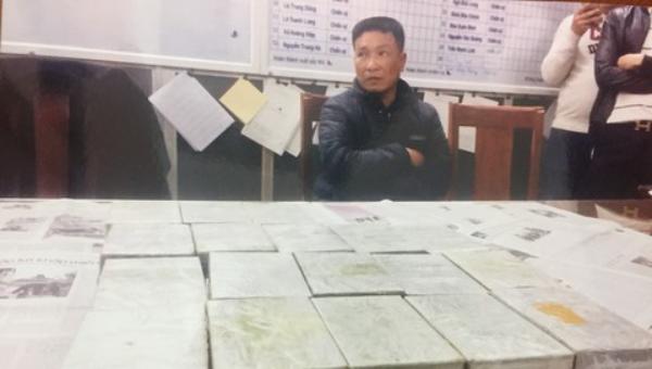 Nguyễn Hữu Chuyền và tang vật.