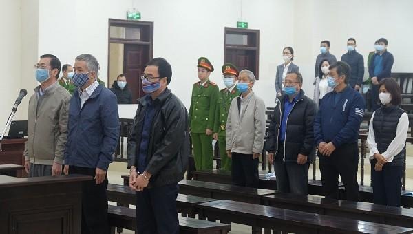 Các bị cáo tại phiên tòa hoãn trước đó.