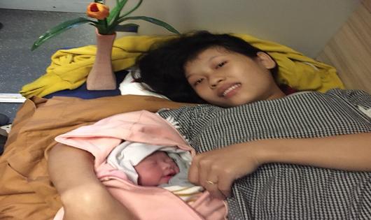"""Với sự hỗ trợ của Tổ tàu SE6, hàng khách Nguyễn Thị Anh đã sinh một bé gái """"mẹ tròn con vuông"""""""
