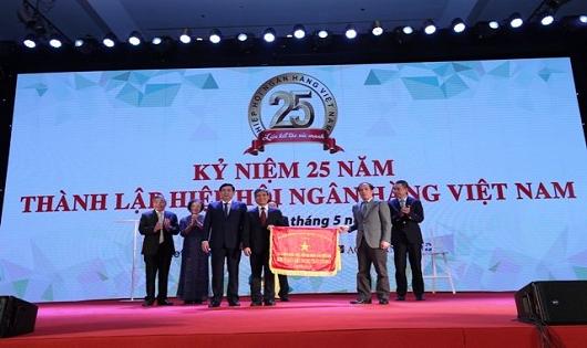 Phó Thống đốc NHNN Đoàn Thái Sơn (bên phải) trao tặng Cờ Thi đua của NHNN cho VNBA