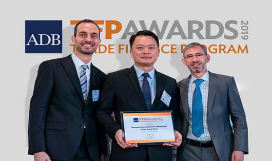 Đại diện VIB nhận giải thưởng tại Hội nghị châu Á về Tài trợ thương mại toàn cầu do ADB tổ chức tại Singapore vào ngày 3/9/2019.