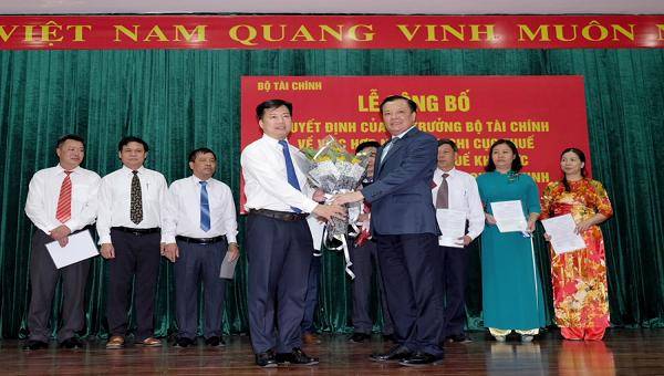 Bộ trưởng Tài chính Đinh Tiến Dũng chúc mừng các lãnh đạo Chi cục thuế khu vực được bổ nhiệm tại Cục Thuế Quảng Ninh tháng 9/2018. Ảnh MT