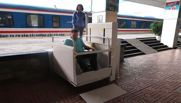 Trình diễn thiết bị ghế cầu thang và xe nâng dành cho người già và người khuyết tật