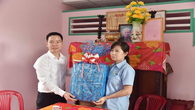 Đại diện SCB thăm và tặng quà tình nghĩa tại lỉnh Long An.