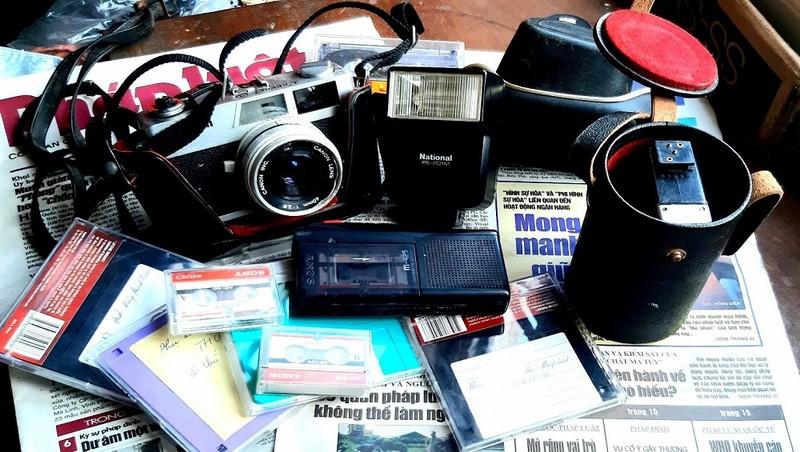 Máy ghi âm, máy ảnh- đồ nghề tác nghiệp của phóng viên cách đây 20 năm