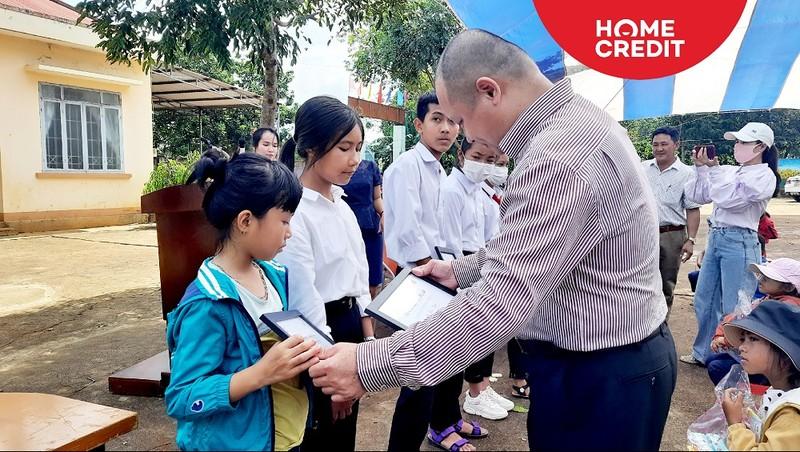Đại diện Home Credit trao chứng nhận học bổng cho học sinh nghèo vượt khó thị xã Buôn Hồ, tỉnh Đắk Lắk.