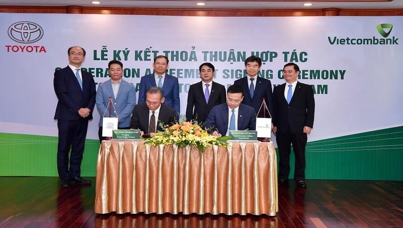 Ông Hiroyuki Ueda – Tổng Giám đốc TMV (ngồi bên trái) và ông Phạm Quang Dũng – Tổng Giám đốc Vietcombank (ngồi bên phải) ký kết thỏa thuận hợp tác giữa Vietcombank và TMV