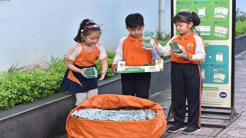 Học sinh Hà Nội tham gia thi thu gom hộp giấy để bảo vệ môi trường