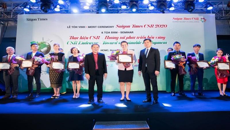 Bà Anastasia Fokina - Giám đốc Hỗ trợ kinh doanh và Chuyển đổi số (đứng giữa) đại diện Home Credit nhận giải thưởng CSR Award.