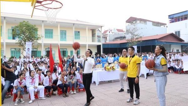 102 trụ bóng rổ và 510 quả bóng rổ được trao tặng cho 51 trường học trên cả nước
