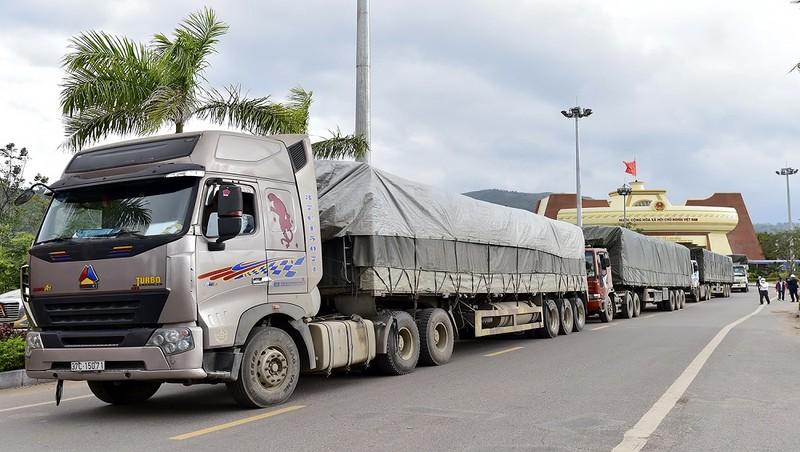 Đoàn xe chở gạo DTNN hỗ trợ Lào khắc phục hậu quả thiên tai.