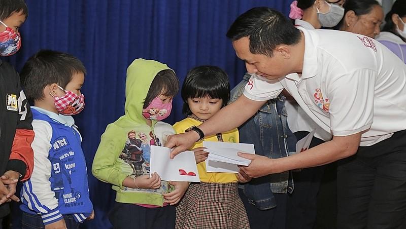 Đại diện Generali Việt Nam ân cần trao quà cho 50 em thiếu nhi có hoàn cảnh khó khăn tại xã Hòa Tiến, huyện Hòa Vang, địa phương chịu thiệt hại từ Covid và đợt bão lũ vừa qua.