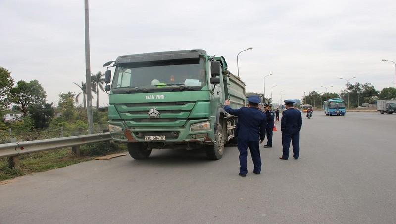 Lực lượng TTGT Cục QLĐB I xử lý phương tiện vi phạm.