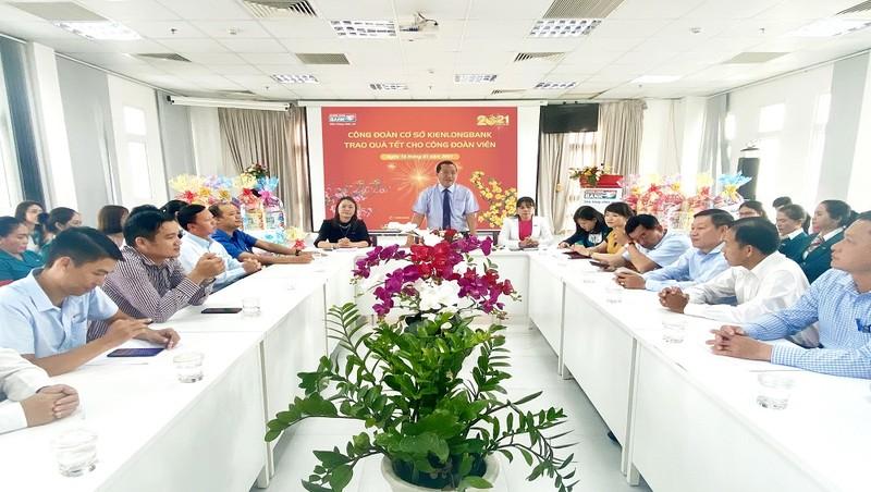 Ông Nguyễn Hoàng An - Phó Tổng Giám đốc, kiêm Chủ tịch CĐCS Kienlongbank (đứng giữa) chia sẻ, động viên các công đoàn viên, người lao động tại Kienlongbank Rạch Giá