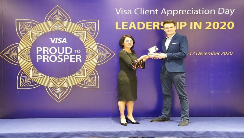 Ông Filip Dosedel – Trưởng phòng Sản phẩm thẻ và Tín dụng quay vòng đại diện Home Credit nhận giải thưởng từ đại diện Tổ chức thẻ Quốc tế Visa.