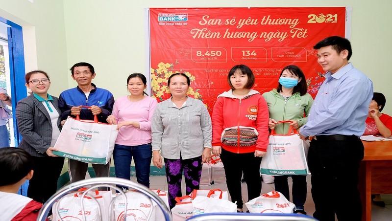 Kienlongbank trao tặng 8.450 phần quà Tết cho bà con khó khăn dịp Tết Tân Sửu 2021