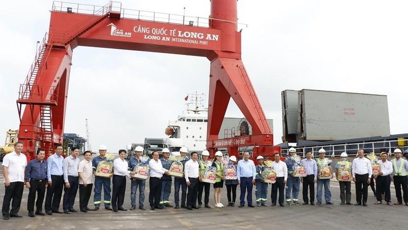 Phó Thủ tướng thường trực Trương Hòa Bình thăm công nhân lao động làm việc xuyên Tết tại Cảng quốc tế Long An