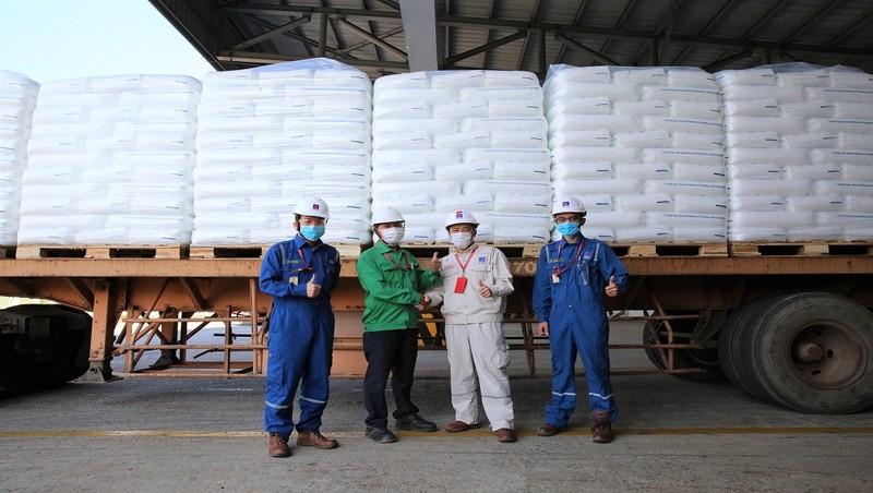 Đại diện BSR và Công ty nhựa Opec bàn giao lô sản phẩm hạt nhựa T3045.