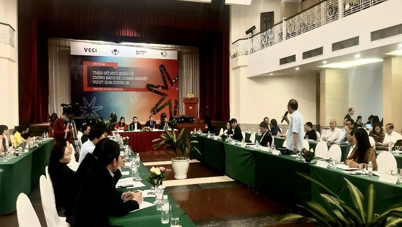 Phó Chủ tịch VCCI Hoàng Quang Phòng, Phó Chủ tịch UBND tỉnh Vĩnh Phúc Vũ Chí Giang, chủ trì Hội nghị