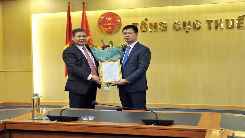 Phó Tổng cục trưởng Phi Vân Tuấn trao quyết định bổ nhiệm cho ông Đoàn Xuân Toản.
